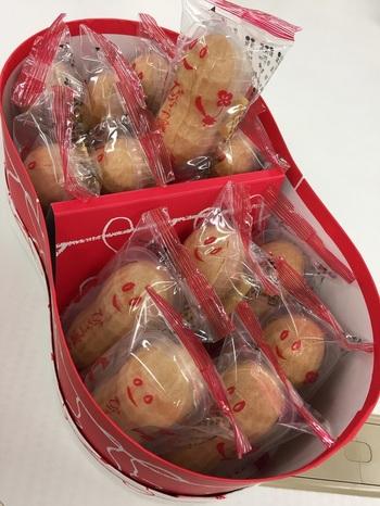 第26回全国菓子大博覧会名誉総裁賞、日本ギフト大賞2018千葉賞受賞など、数多く受賞している千葉県を代表する銘菓のひとつ。名産のピーナッツを使った餡を最中に詰めて、優しい甘さと風味が口の中に広がります。パッケージに顔が描かれているのも可愛らしい♪