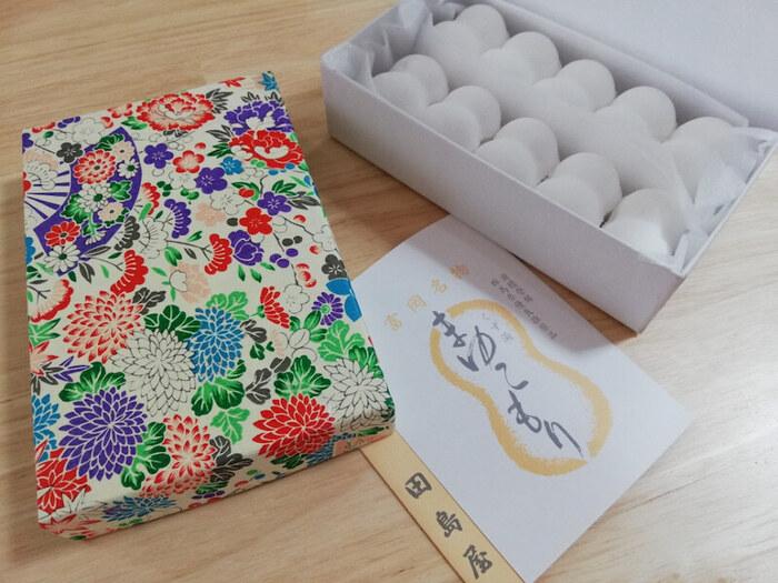 明治25年創業、世界遺産にも登録された富岡製糸場がある群馬県の富岡で誕生したまゆこもり。精製した葛粉を原料として作り上げ、徳川家への献上品にもなった江戸から続く伝統の銘菓です。オリジナルの艶やかな和紙と真っ白で美しいまゆこもりは見た目にも品が漂い、特別な贈り物にピッタリです。