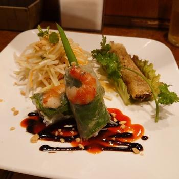 ランチの人気は「サイゴンセット」。はじめに運ばれてくるのは、ミントが爽やかに香る「パパイヤサラダ」と2種類の春巻き。ベトナム料理を代表する「生春巻」は海老や野菜の食感が楽しいひと品です。甘辛いタレを絡めて食べるのがおすすめ。サクサクの揚げ春巻きには炒めたひき肉や野菜がたっぷりで、このひと皿だけでベトナム旅行気分に浸れそう。