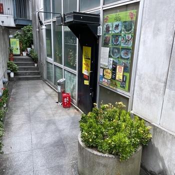 「ベトナムちゃん」は、韓国料理店が立ち並ぶ大久保エリアにあるお店。ベトナム出身の女性オーナーが本場の味に自信を持って提供する料理を求め多くのファンが訪れます。