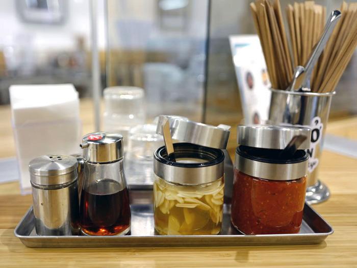 テーブルに置かれた秘伝のチリソースやにんにく酢、別添えライムを途中で加えて味変を楽しむのもおすすめ。酸味や辛みがプラスされて、あっさりとしたスープがよりおいしくなりますよ。