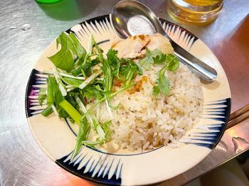 こちらはランチメニューのひとつ「コムガー」。鶏肉を使った炊き込みごはんで鶏の旨みがお米ひと粒ひと粒に染み渡ったやさしい味わい。ランチでは生春巻きとドリンクがセットになっていますよ。