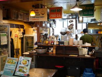 高円寺駅から出てすぐの大一市場にある「チョップスティックス 本店」。現地の屋台料理店を再現した店内は、ほどよく雑多な雰囲気が魅力です。