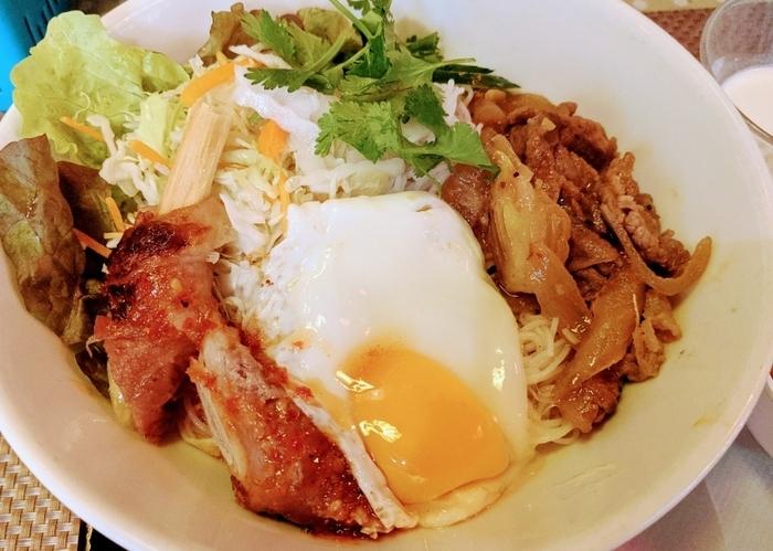 ベトナムではカレーもよく食べられています。こちらは「チキンカレー丼」。タイやインドカレーとはひと味違う、スパイシーながらマイルドな味付けが特徴です。ランチではカレーやバインミーに、それぞれ日替わりのフォー(ハーフサイズ)がセットになっています。