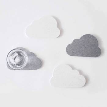 雲の形をした珪藻土コースター。グラスについた水滴をしっかり受け止めてくれるので、机やテーブルが濡れる心配がありません。  どこに置いても違和感のない優しいホワイトとグレーの2色は、好みや周りの雰囲気に合わせて選べます。