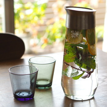 KINTOのこちらのカラフェは、ステンレスふたとガラス製ボディのスタイリッシュなデザインが魅力。どんな飲み物もおいしそうに見せてくれます。傾けるだけでふたが開くので注ぐ時もスムーズ。機能性にも優れています。