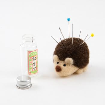 針を刺して使ったら、まるで本物のハリネズミみたいですね。手作りなので微妙に顔が異なるところも愛らしいポイント。  針やハサミをなくさないように小さな磁石がついてくるなど、細やかな心配りがうれしいアイテムです。