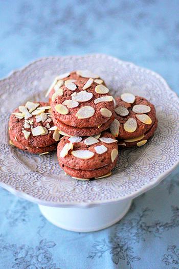 こちらは、ココア風味のメレンゲクッキー。大人のティータイムにも合うおしゃれなスイーツです。レシピではキャラメルクリームを挟んでいますが、クリームなしで甘さ控えめのメレンゲクッキーとして味わうのもおすすめ。