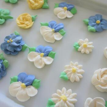 ハイビスカスや四葉のクローバー、ダリアなど大小さまざまなお花をかたどったメレンゲクッキー。ブルー・ホワイト・イエローなど、爽やかなカラーがいまの季節にぴったりです。
