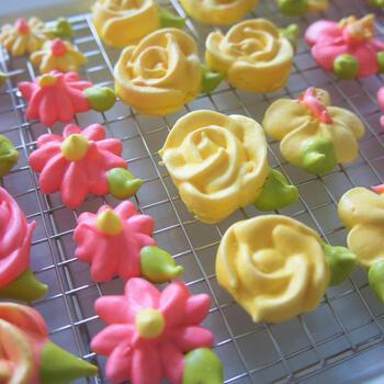 お花は、先ほどご紹介したフラワーネイルを使っているようです。手作業で形を作るから、ひとつひとつ表情が違う一点もの。ビビッドカラーが個性的ですね。