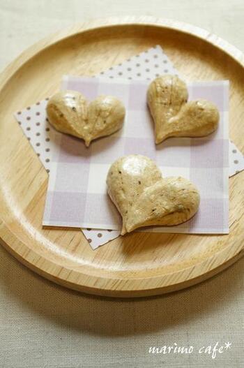 インスタントコーヒーを使った、材料3つの簡単メレンゲクッキー。ハートの形で、さりげなくキュートさをプラス。コーヒー好きの方へのプチギフトにいかがですか?