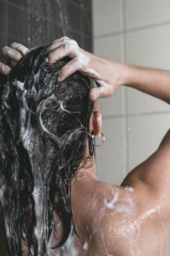 白髪や薄毛が気になり始めたら。美髪を育てる「頭皮美容液」でケアしよう