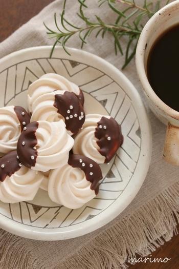 チョコをコーティングした大人っぽいメレンゲクッキー。サクサクした食感を楽しんでいると、チョコの風味がお口に広がってきます。細目グラニュー糖という製菓用のグラニュー糖を使って、艶よく仕上るレシピです。