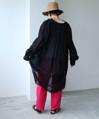 同じピンクでも、ビビットなカラーを選ぶと黒トップスとのコントラストが際立ち、モードな雰囲気に。ロング丈のトップスを選んで、パンツが見える面積を控えめに見せることで、ピンクを差し色にするのがポイントです。