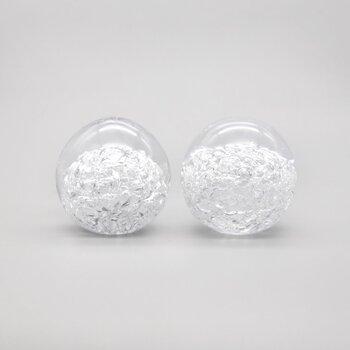 雪の花のように輝くと言われている雪花ガラスで作られたペーパーウェイトです。中を覗き込むと、小さなヒビや気泡が雪の結晶のように広がっています。  福岡のガラス作家さんが独自の製法で1つ1つ丁寧に手作りしています。