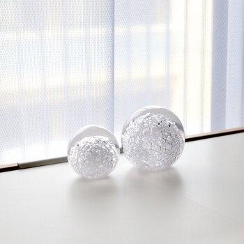本来は紙を押さえるものですが、光を受けて美しく輝くためガラスのインテリアとして使うこともできますよ。  使っていく中でヒビが増えていくので、日ごとに変わる表情を楽しんでください。