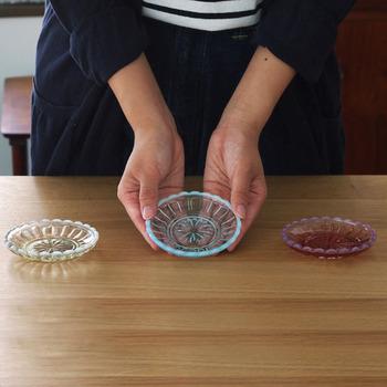 レトロな雰囲気がかわいい廣田硝子の豆皿。淡いカラーが夏らしいですね。縁が白っぽくアレンジされているのもポイント。醤油などを入れたり、ちょっとした和え物を乗せたりといろいろ使えますよ。