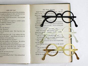 めがねの形をしたしおりです。普段何気なく使っているアイテムでも、かわいいものにすれば自分のテンションが上がりますよ。  つるの先に穴が空いているので、文庫本についている紐を通して使うこともできます。読書時間のお供にいかがですか?