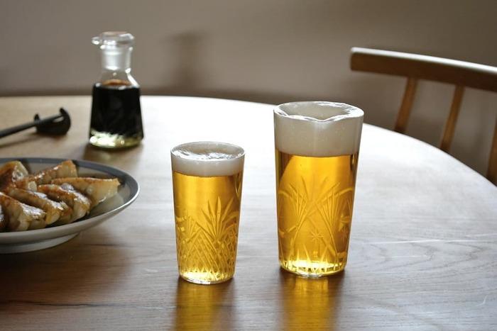 老舗ガラスメーカー廣田硝子のタンブラーグラス。とっても薄いガラスにカッティングで描かれた美しい模様が特徴です。薄いグラスは口当たりがいいので、ビールなどのお酒を飲むのにぴったりですね。