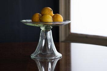 続いてこちらも同じくるみガラスのコンポート。存在感があるので季節のフルーツやデザートを乗せてテーブルに置くだけで存在感がある美しいコンポート。夏だけではなく一年を通して季節のフルーツを乗せて楽しみたいですね。