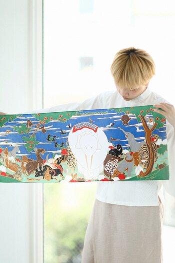 江戸時代に活躍した天才画家、伊藤若冲(1716-1800年)の代表作の1つとして名高い「鳥獣花木図屏風」。白象を中心に猪やヒョウなど様々な動物が集まっている様子を描いたもので、色使いが鮮やか。言葉では言い表せないような、不思議な魅力を放つ作品です。  こちらは、それを模してデザインされた手ぬぐい。使うたびに動物一匹一匹が愛おしく感じられそうです。  額に入れて飾るのもおすすめ。インテリアとして、お部屋の素敵なアクセントになること間違いなしです。