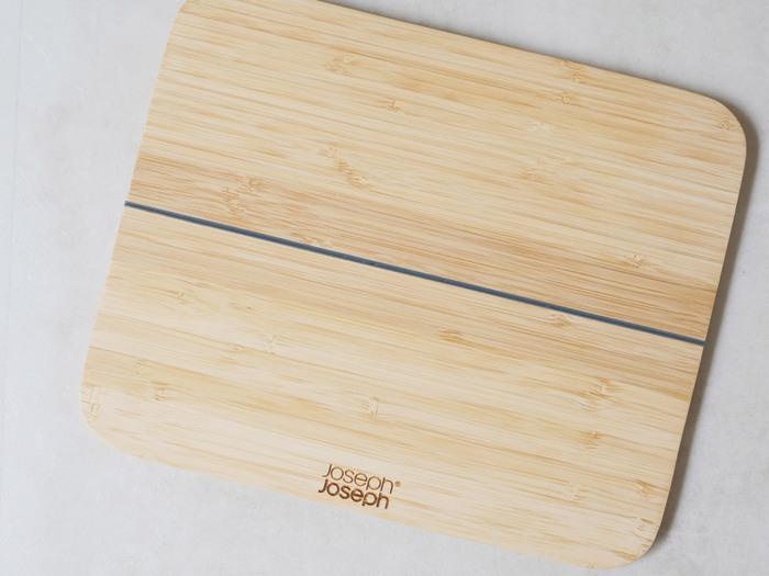 Joseph Josephの竹製のまな板をご紹介。折りたためるので、食材を切った後フライパンに入れるのが楽々。耐水性に優れ、包丁の跡が付きにくいのも特徴です。小さめのSサイズは一人暮らしにもぴったり。見た目も素敵で、お料理が楽しくなるまな板です*