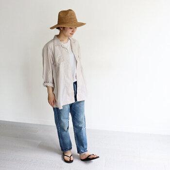 Tシャツやノースリーブなど、シンプルなワンピースとデニムパンツを合わせたコーディネートに、ベージュのシャツをプラスしたスタイリングです。一枚羽織りがあるだけで、季節感がグッと変わりますね。サンダルやハットで涼しげな印象にまとめていますが、スニーカーやニット帽など、小物使いで長く楽しめる着こなしです。