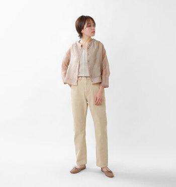 白トップス×白デニムのワントーンコーデに、ベージュのシャツを羽織ったスタイリングです。全体を淡いトーンでまとめて、フェミニンなシアーシャツをナチュラルな印象で着こなしています。足元もベージュのフラットシューズで、統一感のあるコーディネートに。