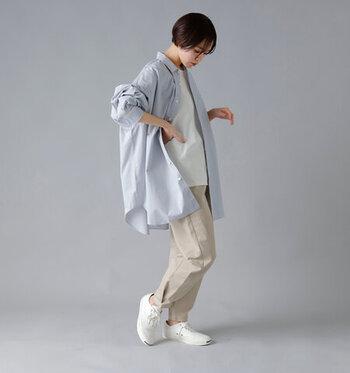 白トップスにベージュのパンツを合わせた、シンプルなコーディネート。ブルーストライプのオーバーサイズシャツを羽織って、ラフなのに今っぽい秋コーデの完成です。白やベージュがベースカラーなので、全体的に爽やかな印象。大人のカジュアルスタイルに、ぴったりなスタイリングですね。