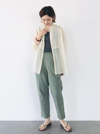 グリーンのイージーパンツに、グレーのタンクトップを合わせたラフな涼しげコーデ。白のシアーシャツを羽織るだけで、お出かけスタイルに早変わりします。程よい透け感で肌の色が見えるので、初秋にぴったりなコーディネートです。