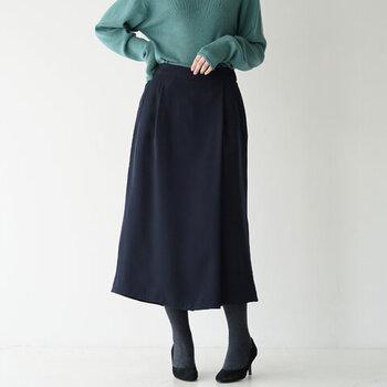 タイトシルエットのスカートのように見えますが、実はラップパンツになっているアイテムです。長めの丈で上品な印象を与えるネイビーのボトムスは、デイリー使いにもオケージョン使いにもぴったり。オフィスカジュアルとしても活躍してくれる一枚です。