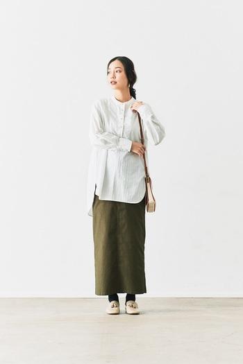 カーキカラーのタイトスカートに、ロング丈の白シャツを合わせたコーディネートです。あえてタックインしないことで、シャツスタイルをデイリーコーデにまとめています。もちろんタックインして、スッキリ見せるきちんとコーデも◎