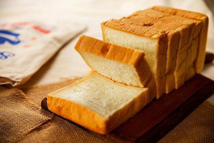 冷凍保存すると、パンの水分は失われがちです。パサつきがきになるなら、外から水分を補ってあげましょう。霧吹きを使えば、均一にパンに水気を与えられます。