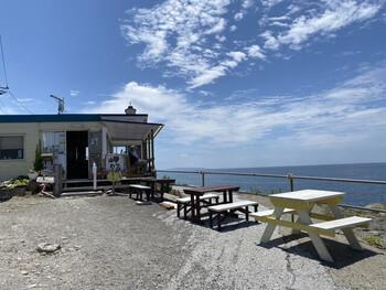 千葉県鋸南町の明鐘岬に佇む「音楽と珈琲の店 岬」は、空と海だけが広がるパノラマの景色に抱かれたカフェ。吉永早百合さん主演の映画「ふしぎな岬の物語」の舞台になった場所で、映画ファンにはおなじみの名所です。