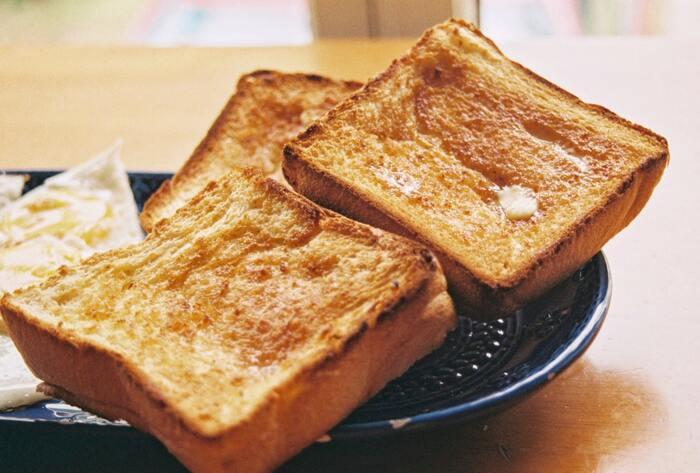 冷凍した食パンは、そのままトースターで焼いても良いですが、自然解凍すると加熱ムラを防げるのでベターです。パンに付いた霜などは臭いの原因になるので、取り除くようにしましょう。