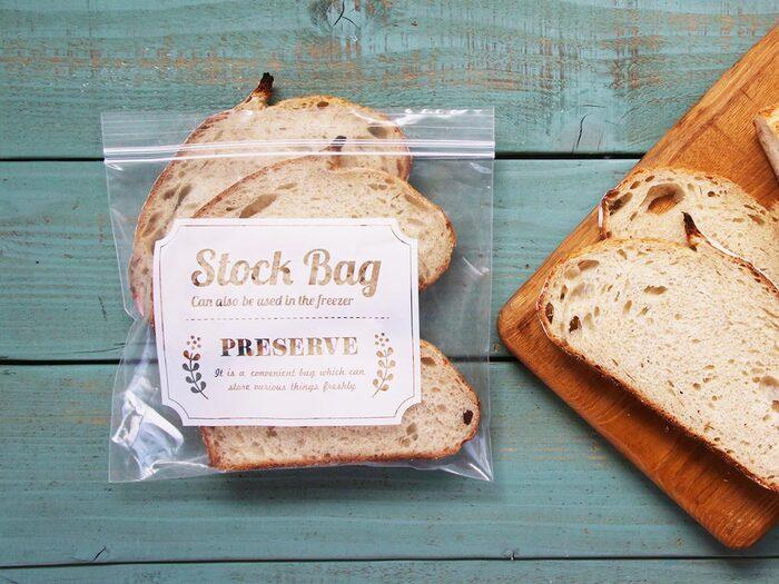 ラップやアルミホイルで包んだパンは、保存用袋に入れて冷凍庫に入れましょう。保存用袋に入れることで、他の食材などからの臭い移りを防ぐことができます。ひと手間で食パンの美味しさが変わりますよ。