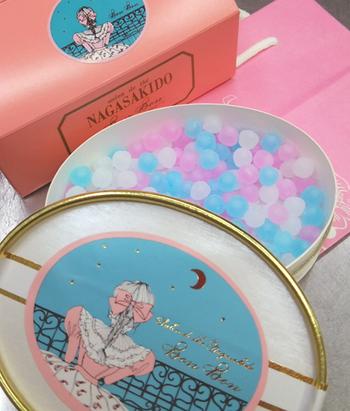 """大阪心斎橋にある大正8年創業の長崎堂。田辺聖子の小説""""苺をつぶしながら""""にも登場するお菓子クリスタルボンボン。乙女心をくすぐるパッケージの中には、キラキラと宝石のように輝く砂糖菓子が。アニゼット、マラスキーノ、コアントローの3つの味と香りが楽しめます。"""