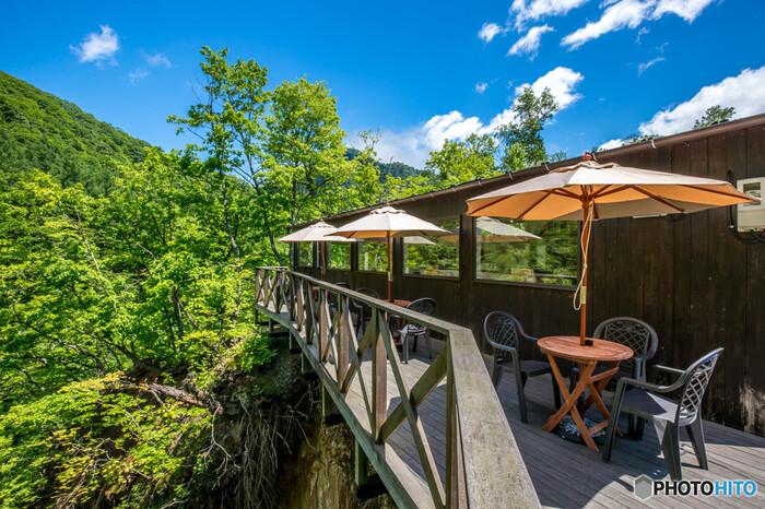 「カフェ 崖の上」といういかにも絶景に出会えそうな名前のカフェがあるのは、札幌の奥座敷として知られる温泉地・定山渓です。お店が建つ崖の高さはなんと約40m。真下には豊平川の支流・白井川が流れ、美しい渓谷の景色が訪れる人を癒してくれます。