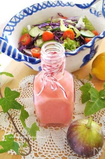 ミキサーでピューレ状にしたいちじくをベースに、うまみのある塩麹をプラス。ピンク色がとっても可愛いフルーツドレッシングです。お好きな野菜にたっぷりかけて、いちじくの美味しさを味わいましょう。水を加えていないので冷蔵庫で1~2日程度なら持ちそうですね。お早めに。