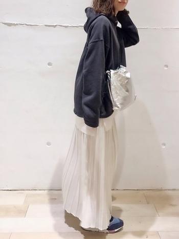 プリーツスカートをカジュアルに着たいときは、パーカーがGOOD。オーバーサイズのパーカーはしっかり長さのあるフレアスカートやシフォンスカートとも相性抜群で、大人っぽく着こなせます。