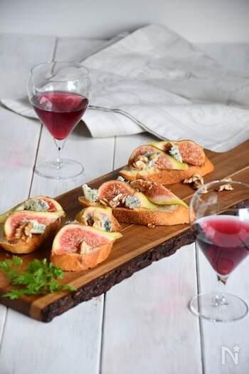 いちじくの甘みとブルーチーズの塩気がマッチする、大人のタルティーヌ。ワインのおともにもぴったりです。ホームパーティーのメニューにも加えたい、華やかな一品ですね。