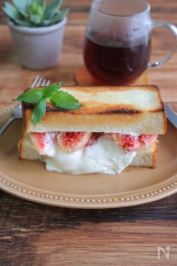 食パンにマスカルポーネやいちじくをのせ、はちみつをかけてトースターへ。軽く焼くことで、チーズがとろとろになってクリーミーな口どけのサンドイッチになります。