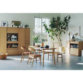 SOLK(ソルク)シリーズの「ダイニングテーブル W1600」は、オーク材のナチュラル感が魅力のテーブルです。棚板の部分にはしなやかさのあるラタンが使われており、オーク材との対比を楽しめます。また、全体的に丸みを帯びた印象なので、ダイニングを優しい雰囲気にしたいという人におすすめですよ。