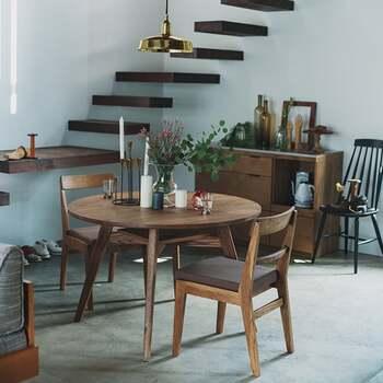 木目の表情に個性がある、ADDAY(アディ)シリーズの「ラウンドダイニングテーブル」。絶妙な木の風合いは、どこかリラックスした雰囲気を感じさせてくれます。さらに、棚板が付いているので、リモコンや本の収納にも便利です。  同じADDAYシリーズの椅子と組み合わせると、よりカジュアル感のあるダイニングになりそうですね。