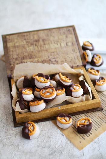 コーヒー風味のメレンゲクッキーにプレッツェルをのせ、チョコをかけたおしゃれなスイーツ。メレンゲのサクサク感、プレッツェルの塩気、チョコの甘さがいいバランスです。