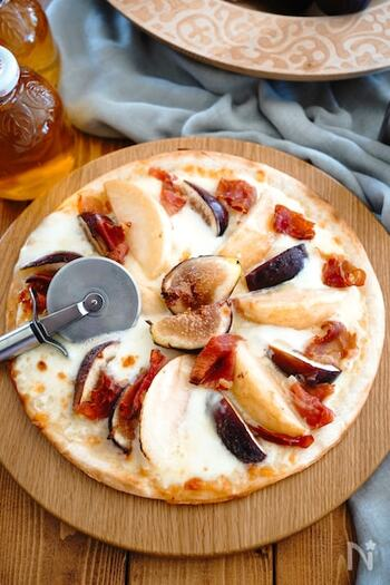 フルーツのピザは、白ワインなどにも合いますね。こちらは、いちじくとも桃とモッツァレラチーズのピザ。市販のピザ生地を使えば簡単です。