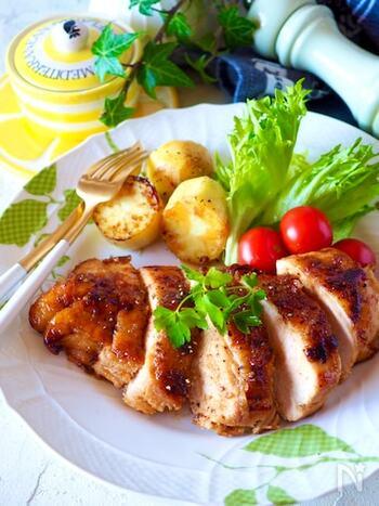 節約料理としても!カリッと焼いた鶏むね肉とじゃがいもに、ハニーマスタードを加えて煮詰めることで、フライパンひとつで立派なメインディッシュが完成します。肉厚で食べ応えのある食感を楽しめます。