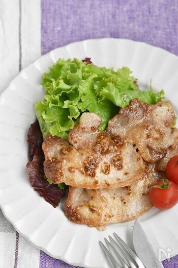 レシピがマンネリ化しがちな豚ロース肉も、ハニーマスタードと絡めれば特別感のある一品に。まろやかな甘さの中にきいたマスタードで、白ご飯がどんどん進みます。豚ロース肉が完全に焼けないうちにハニーマスタードを加えるのが、ジューシーに仕上げる秘訣です。