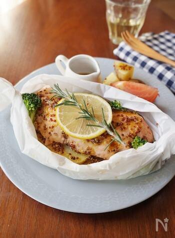 クッキングシートに秋鮭・玉ねぎ・じゃがいも・ブロッコリーを乗せて、ハニーマスタードをかけて、レンジで加熱すれば、丁寧感のある主菜が完成!仕上げにレモンの輪切りとローズマリーを飾れば、見た目も華やかに仕上がります。