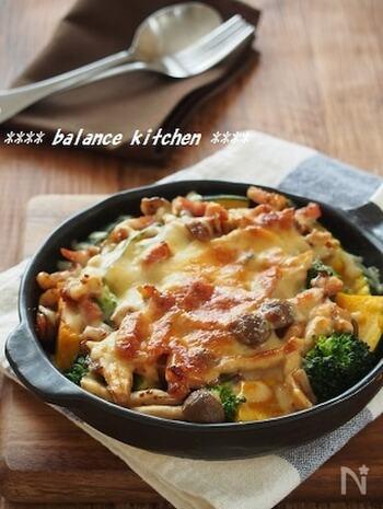 普段の食卓からおもてなしまで活用できるチーズ焼きのレシピ。ベーコン&ハニーマスタード&チーズで、野菜を美味しくたっぷりといただけます。スキレットのまま運べば、おしゃれな食卓を演出できますね。
